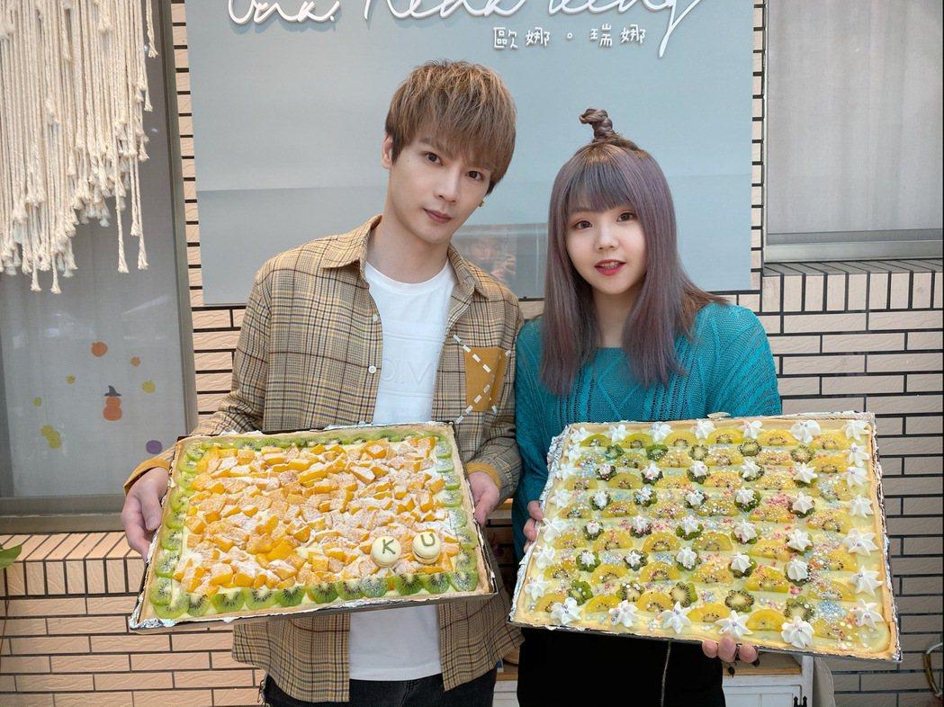 古曜威(左)、比熊親手做甜點送給媽媽。圖/單純夢想文創事業提供