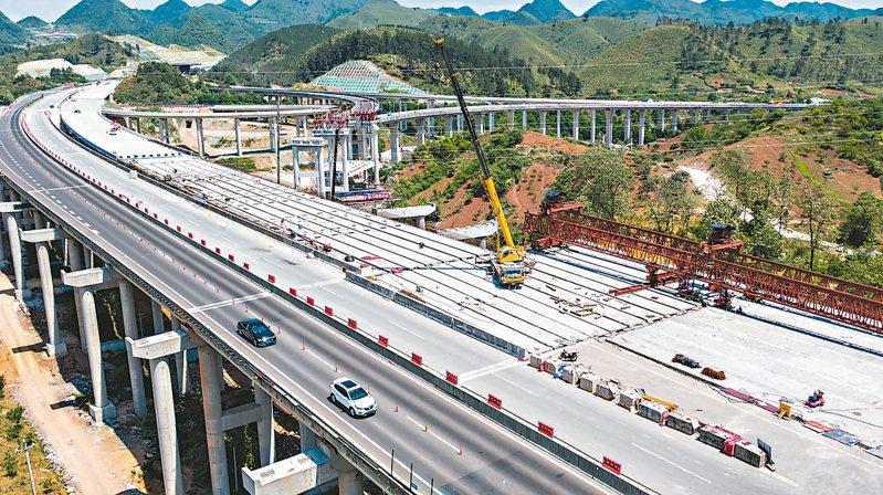 貴州省正加速交通建設,首個「四改八」高速公路項目將於年底建成通車。 (新華社)