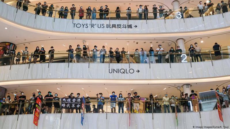 周日(10日)母親節網上有人發起在全港多區「和你Sing」,大批市民午間響應,在香港丶九龍丶新界多個大型商場聚集,有人手持五大訴求標語並合唱「反送中」歌曲《願榮光歸香港》,同一時間大量家庭在商場內聚餐購物,場面和平。圖/德國之聲中聞網