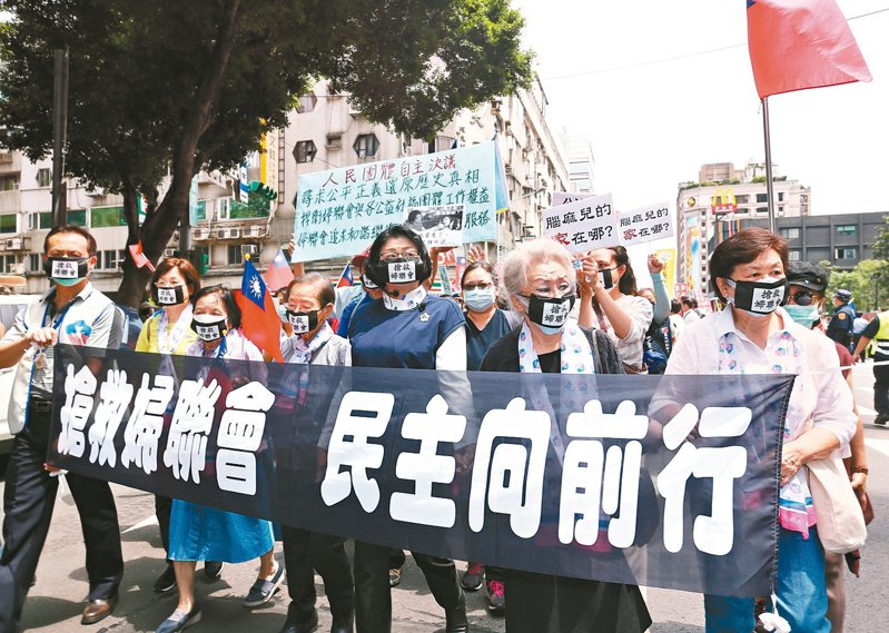 婦聯會主委雷倩(中)帶領支持者及公益團體舉行牽手護婦聯,公益向前行活動,從婦聯會一路遊行至立法院抗議。 記者曾原信/攝影