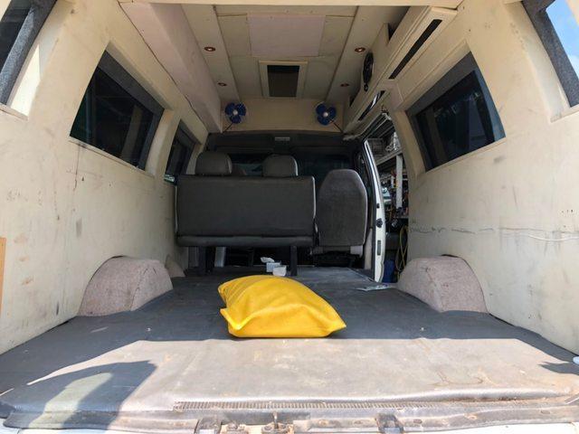 網友買了露營車,但懷疑這疑似是從靈車改造的。圖取自PTT