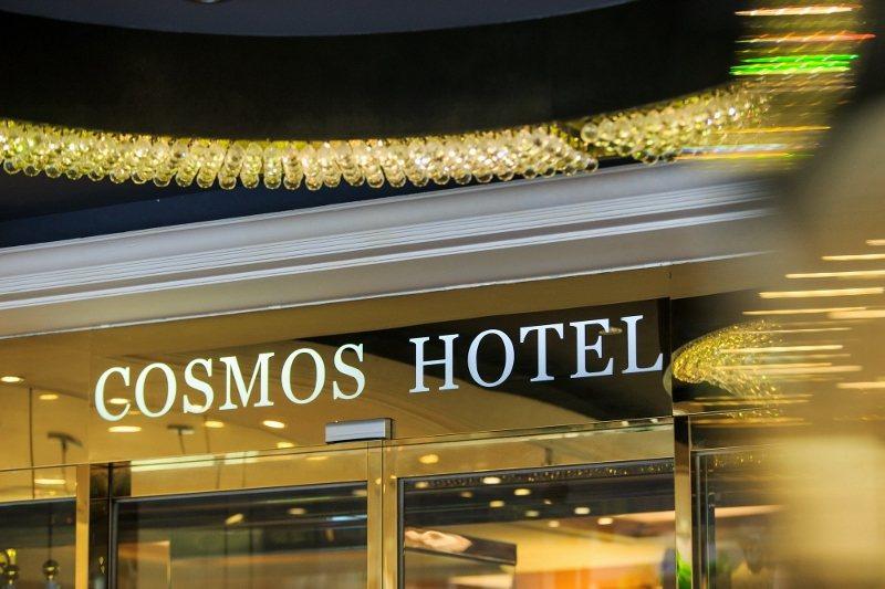 台北天成大飯店位台北火車站旁,圖為金色門面。 業者/提供
