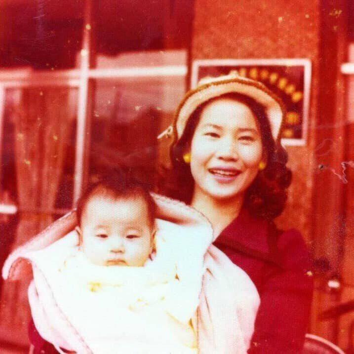 民國66年2月媽媽把我捧在手心,背景是我爺爺家,在遙遠的後山「台東」媽媽來自於雲...