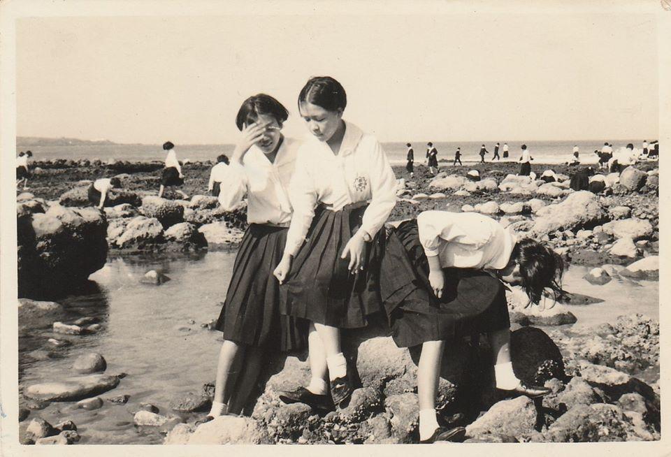 1966年的青春記事,媽媽(中)參加台北市女中校外教學,那個年代初中還要考試呢!...