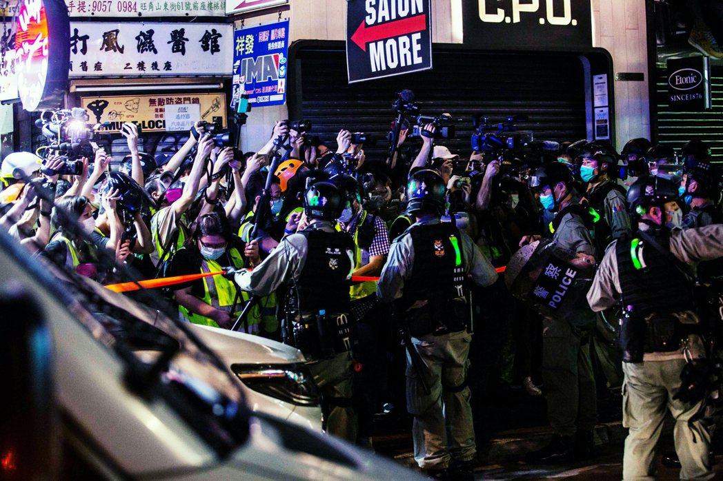 港府當局表示,夜間群聚於旺角的「非法集會者」,涉嫌街道縱火、抗拒警方執法,因此大...