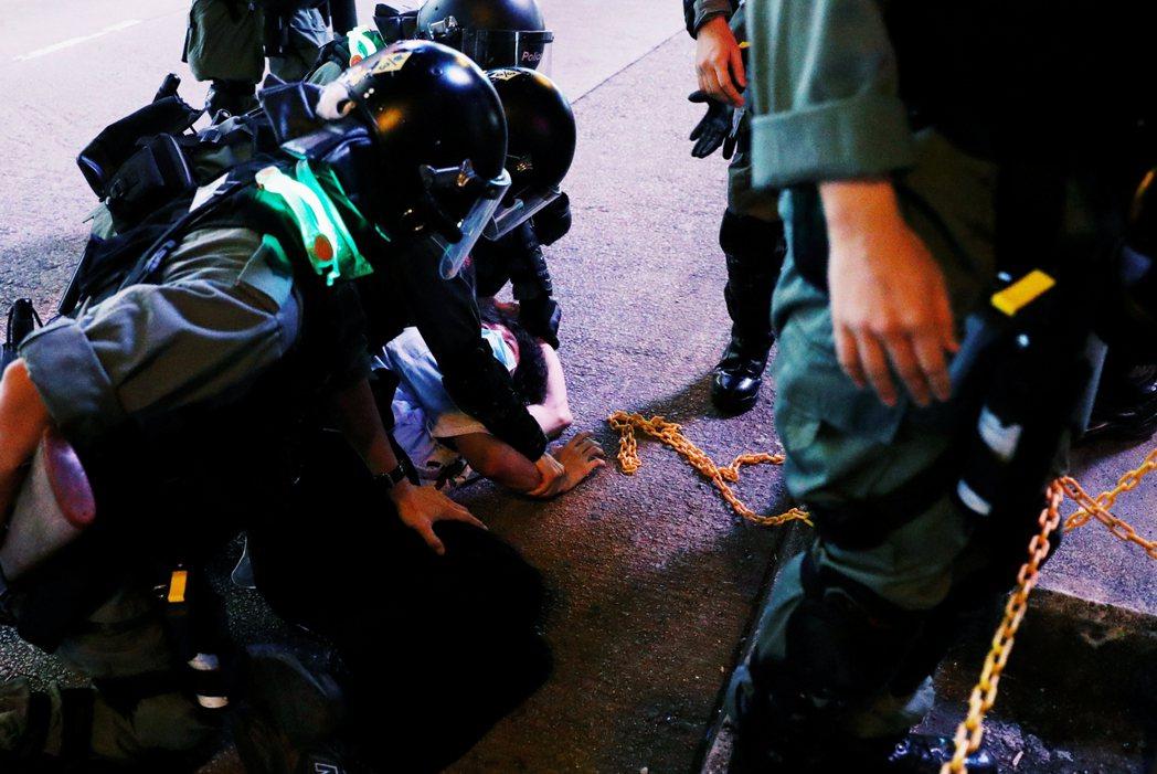 記者團遇襲的同時,港警也在旺角街頭衝鋒清場。圖為10日晚間港警在旺角的鎮壓行動。...