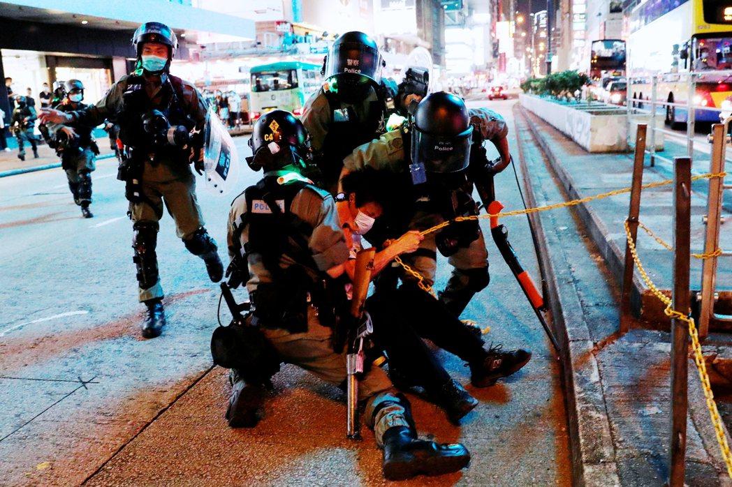 旺角的母親節鎮壓,一直到11日清晨時分才告落幕。但作為防疫期間鎮壓強度最高的警民...