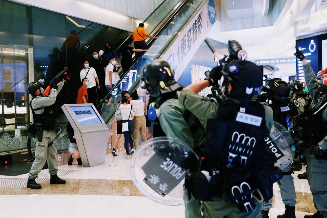 不料在旺角的MOKO新世紀廣場,突襲闖入的港警大追捕,並於室內射擊胡椒球彈,卻在...