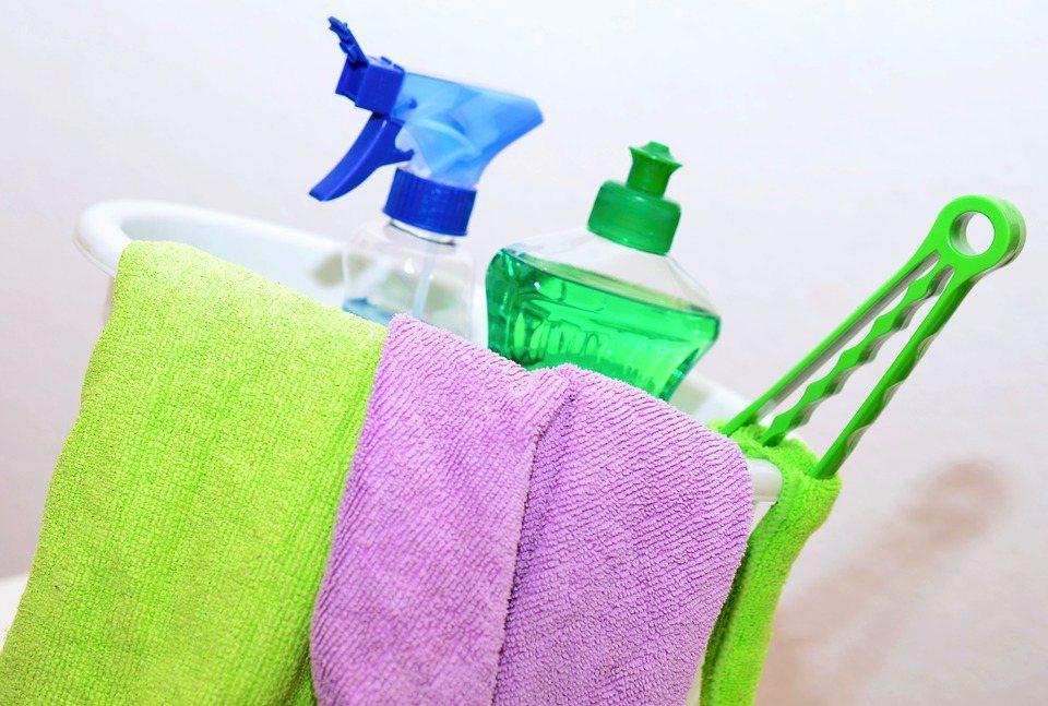 打掃時通常會先用清潔劑的化學反應分解髒汙,再透過物理性的力量擦拭乾淨。 圖/pi...