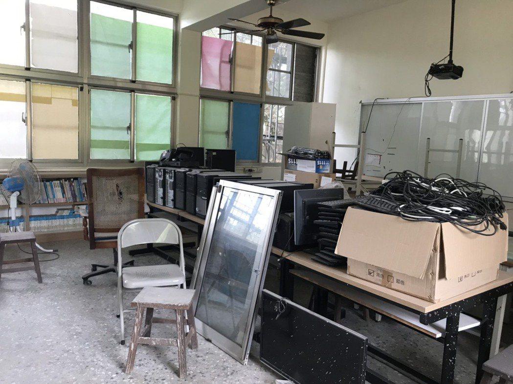 偏鄉學校的圖書室成為「被遺忘的角落」,有的是書布滿厚厚灰塵堆在角落。 圖/馮靖惠...