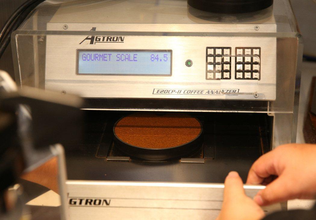 中央廚房內的烘焙檢測機。 記者林澔一/攝影