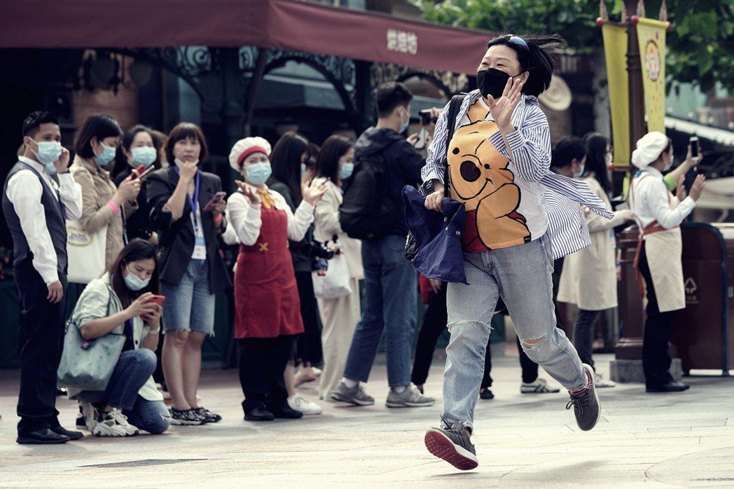 迫不急待上海迪士尼重新開幕的民眾。 圖/路透社