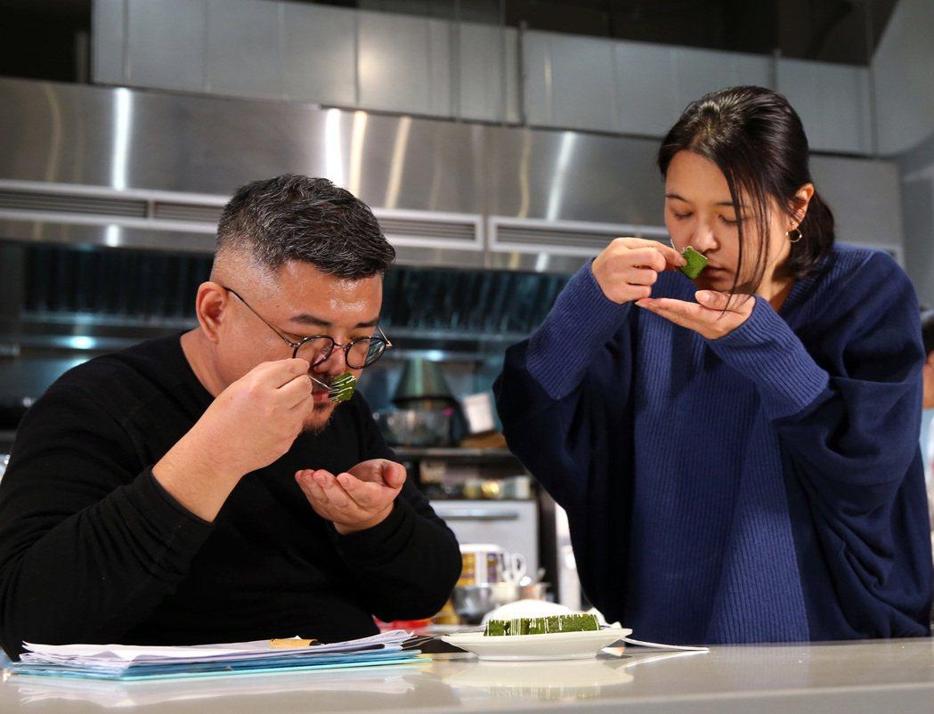 陳志煌(左)常與妻子討論食物並作記錄。 記者林澔一/攝影