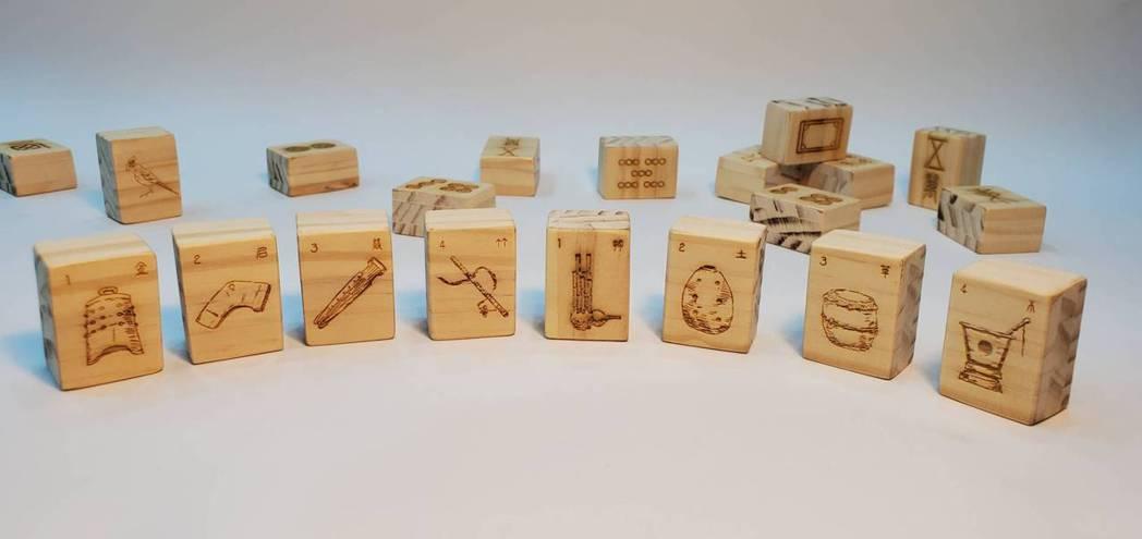 林敬峰手雕積木,上是各式古樂器。 林敬峰 / 提供