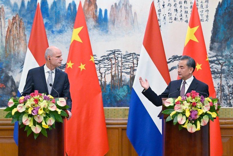 2019年6月19日,中國國務委員兼外長王毅在北京同荷蘭外交大臣布洛克共見記者。  圖/中新社