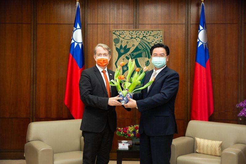 圖為荷蘭駐台代表紀維德(左)與台灣外交部長吳釗燮(右)。 圖/荷蘭在台辦事處