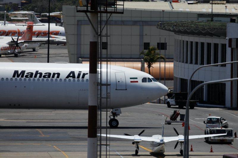 雖然伊朗官方宣布停止中國航班,但馬漢航空仍照常營業,甚至協助中國旅客轉運至其他國家。 圖/路透社