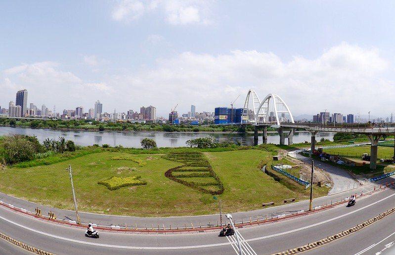 從新莊端的橋上引道望過去的新月橋風景。