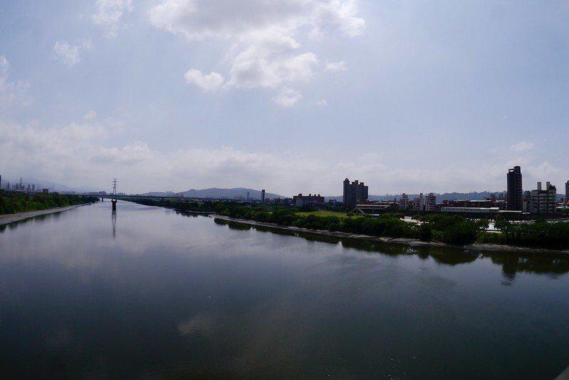 水域寬長如大江大河的大漢溪,藍天白雲的天空照映在溪水上,水藍色的大漢溪,美呀!