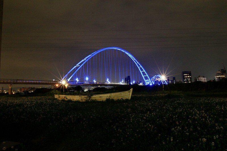 從板橋端的新月橋下看過去光雕秀中的新月橋。