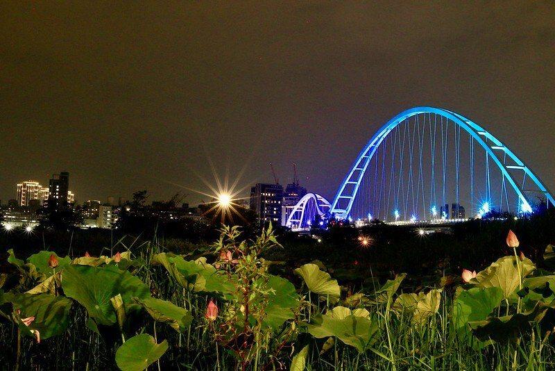 從板橋端的新月橋下看過去的光雕中的新月橋。