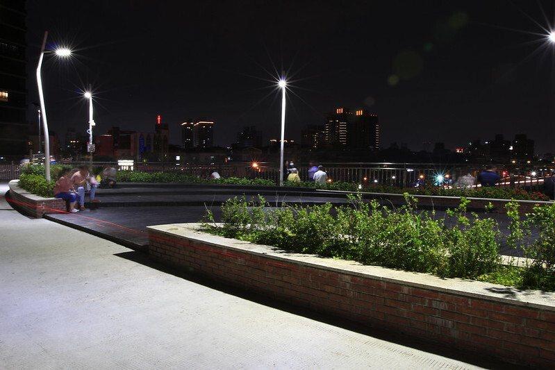 橋上休憩觀景平台的夜晚,陸陸續續的遊客到來,或停留、或漫步快步走,鐵馬族不停的經過。