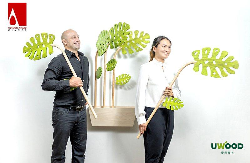 優渥實木「翻葉」家居裝飾新方式,像翻書一樣挑選服飾,葉片可任意抽取變換位置,不使用時可整齊靠牆,節省空間。 歐德集團