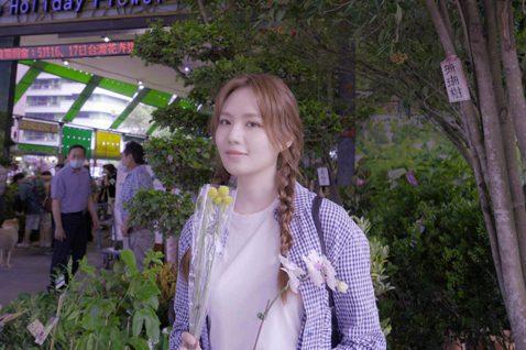 文慧如無法回新加坡過母親節,結束工作的她10日特地造訪花市,買了方便照顧又漂亮的蘭花、金槌花,表示回家後要拍張照片傳給家人群組,祝媽媽母親節快樂。她說報平安是讓家人放心的好方式,日前突發奇想在直播時...