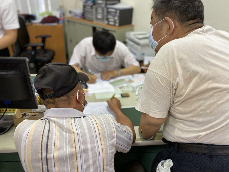 擁有甲類會員資格的漁民,只需要帶著身分證、印章、存摺影本,前往所屬漁會申請。記者陳弘逸/攝影