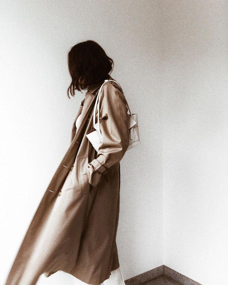 The Arco 33的背帶剛好就是腋下包的長度,中小尺寸的立體包身也更顯俏麗。...