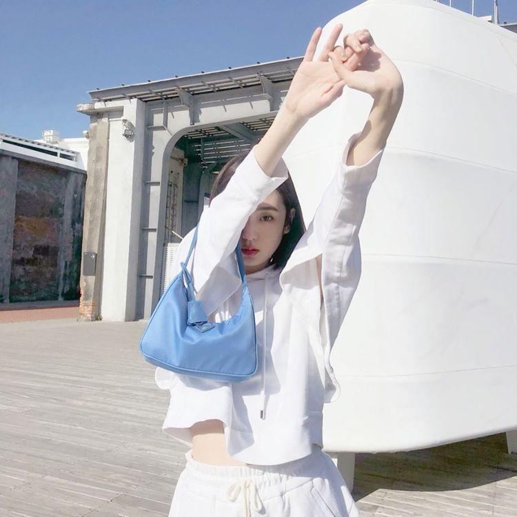 模特兒簡愷蒂拎PRADA Re-edition Hobo包。圖/摘自IG