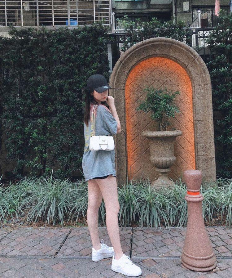 歌手吳卓源示範Sidonie金屬鍊帶肩背包。圖/摘自IG