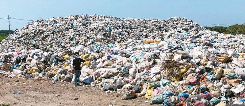 口湖鄉垃圾場爆量出現垃圾危機,鄉長林哲凌面對堆積如山垃圾無去處又無權處理,深感無奈,在網路開直播,向鄉親說明原由。圖/本報資料照片