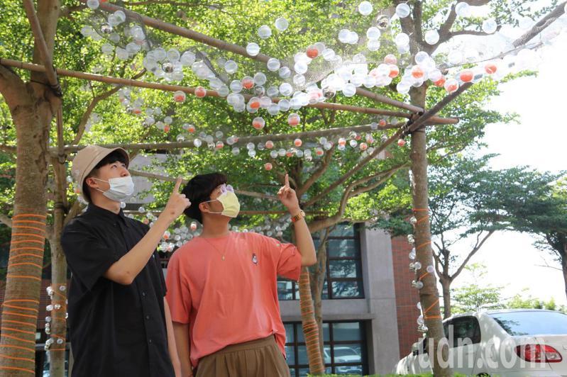 弘光文創系學生用鐵網跟扭蛋球當素材布置校園。記者游振昇/攝影