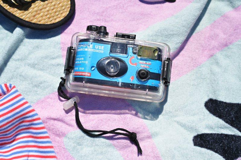 即開即用的Lomography Simple Use即可拍底片相機,搭配潛水殼可用於10米深的水底拍攝。圖/Lomography提供