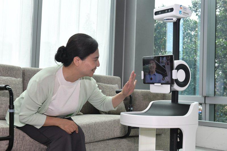 失智整合解決方案區中的「PECOLA樂齡陪伴機器人」運用環境智能(Ambient Intelligence)技術關懷獨居長者,能協助子女陪伴獨居長者。圖/工研院提供