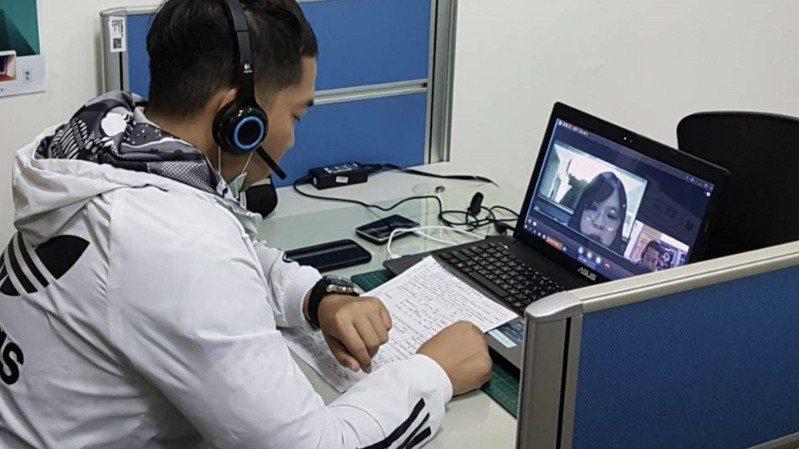 求職者在大里公所參加視訊徵才。圖/勞工局提供