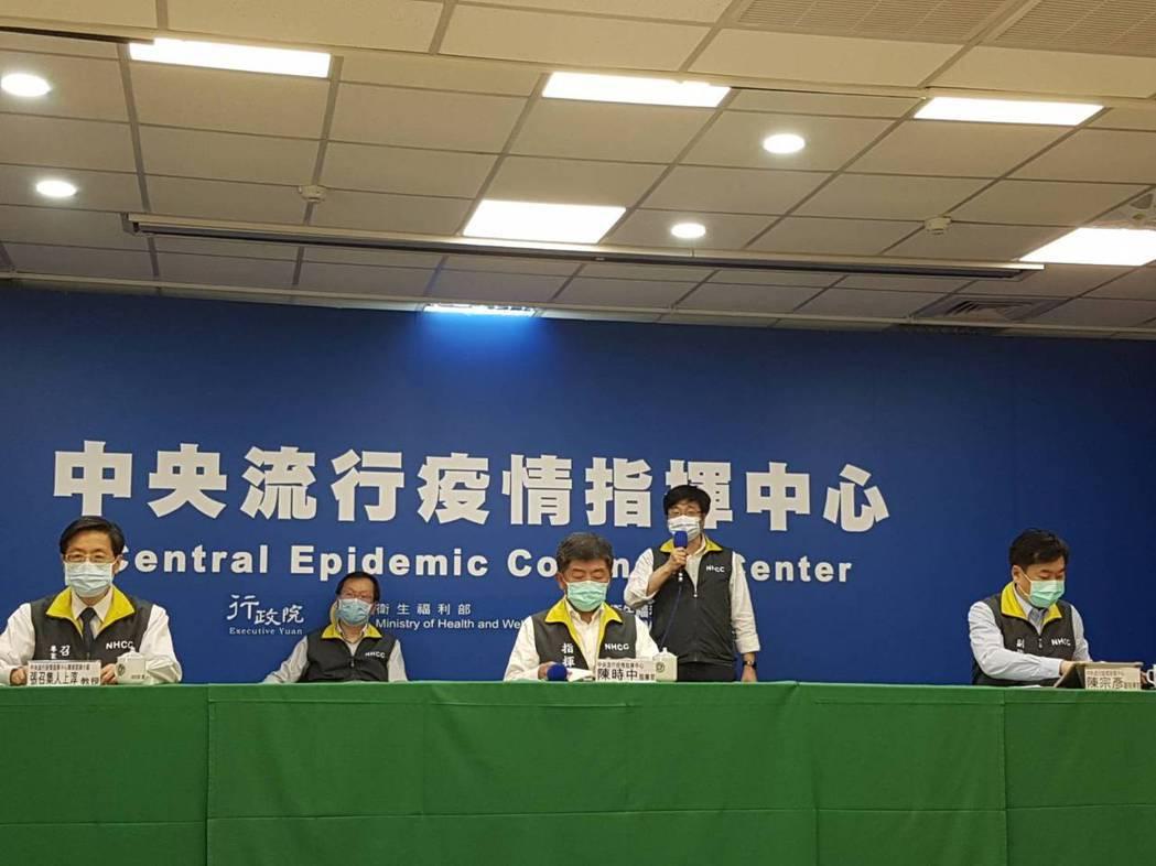 中央流行疫情指揮中心5月11日記者會,第一排左到右中央流行疫情指揮中心專家諮詢小...