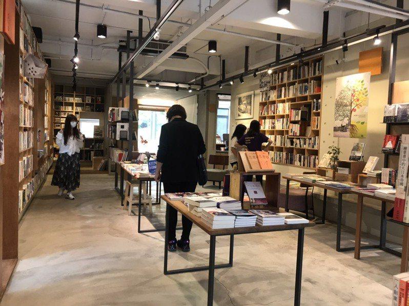 有讀者用購書、用餐等行動挺獨立書店,暖心之舉是這波疫情下的感動。記者郭政芬/攝影