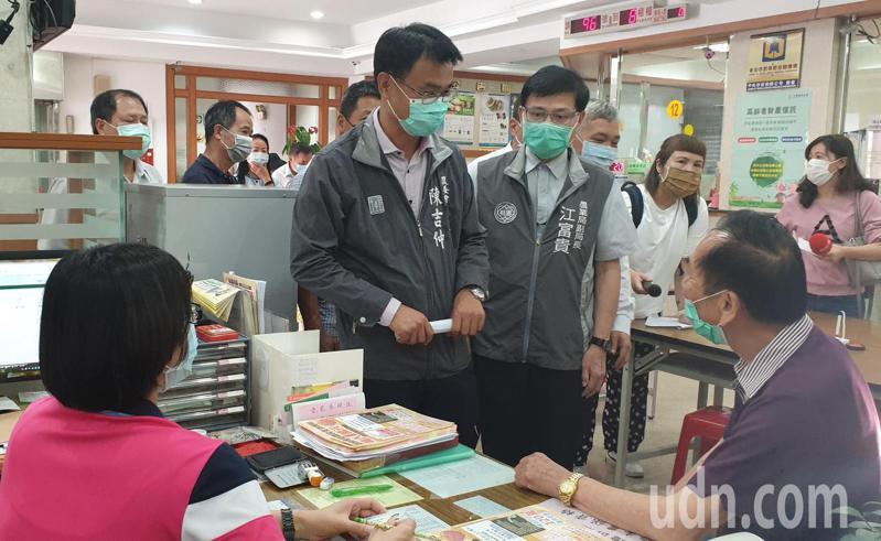 農委會主委陳吉仲到龍潭區農會了解紓困申請作業情形。記者鄭國樑/攝影