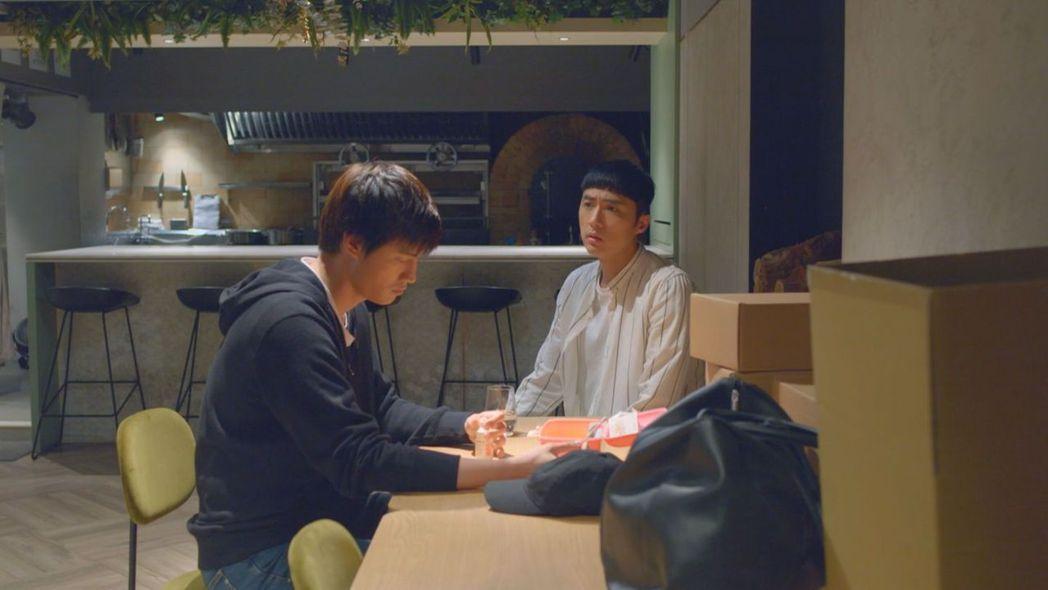 李運慶(右)劇中安慰羅宏正。圖/台視提供