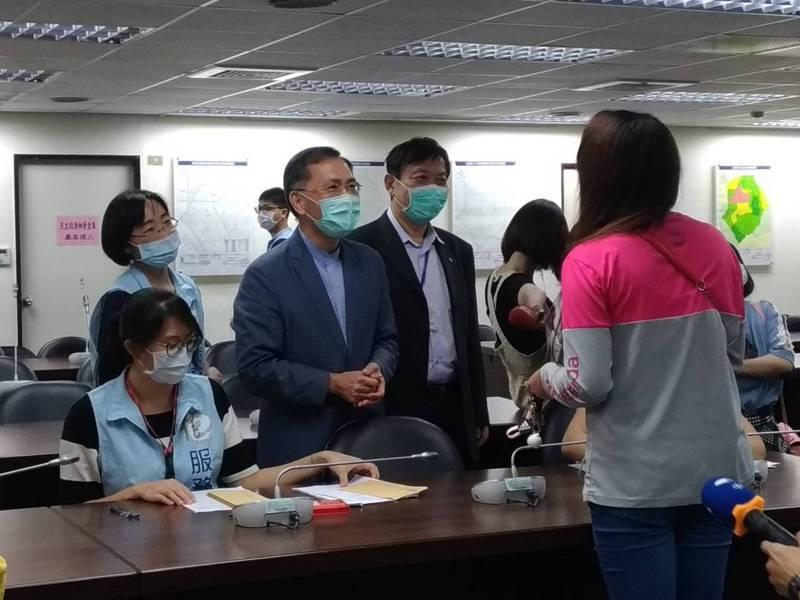 台北市副市長蔡炳坤下午赴信義區公所視察,並發放紓困金予通過審核的民眾。記者林麗玉/攝影