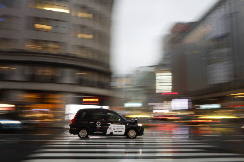 日本最大計程車公司日本交通的車奔馳在銀座街上。美聯社
