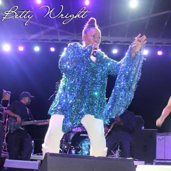 貝蒂萊特曾唱過許多樂壇經典,也喜歡在推特上與歌迷互動。圖/摘自推特