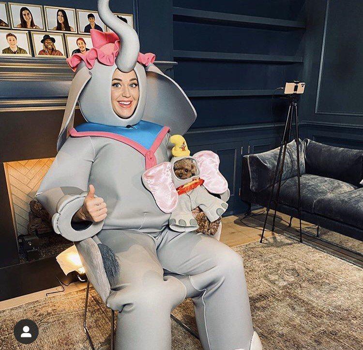 凱蒂佩芮在迪士尼的慈善節目活動,化身「小飛象」唱動畫版歌曲「Baby Mine」...