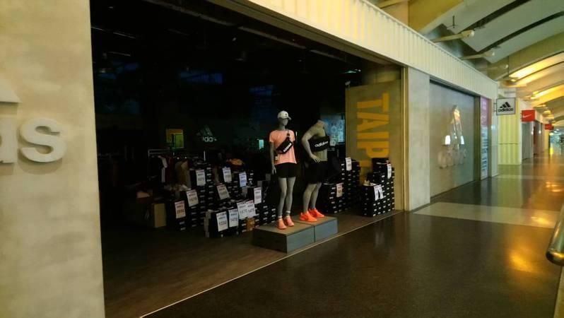 板橋火車站環球商場今下午5時許突然斷電,商場店家用電全數中斷。記者吳亮賢/攝影