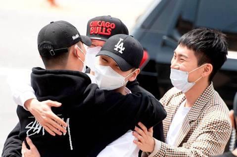 韓國男團BTOB成員陸星材、任炫植11日同日入伍,2人一起到論山陸軍訓練所報到。同隊的隊友恩光、Peniel、鎰勳都到場相送,陸星材和任炫植互相擁抱,為彼此的軍旅生涯打氣。25歲的陸星材除了是偶像歌...