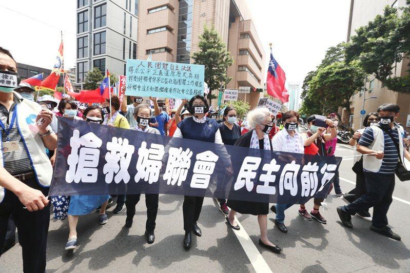 為抗議婦聯會遭廢止,婦聯會主委雷倩(圖中)昨天帶領支持者及公益團體走上街頭,從婦聯會一路遊行至立法院抗議。記者曾原信/攝影