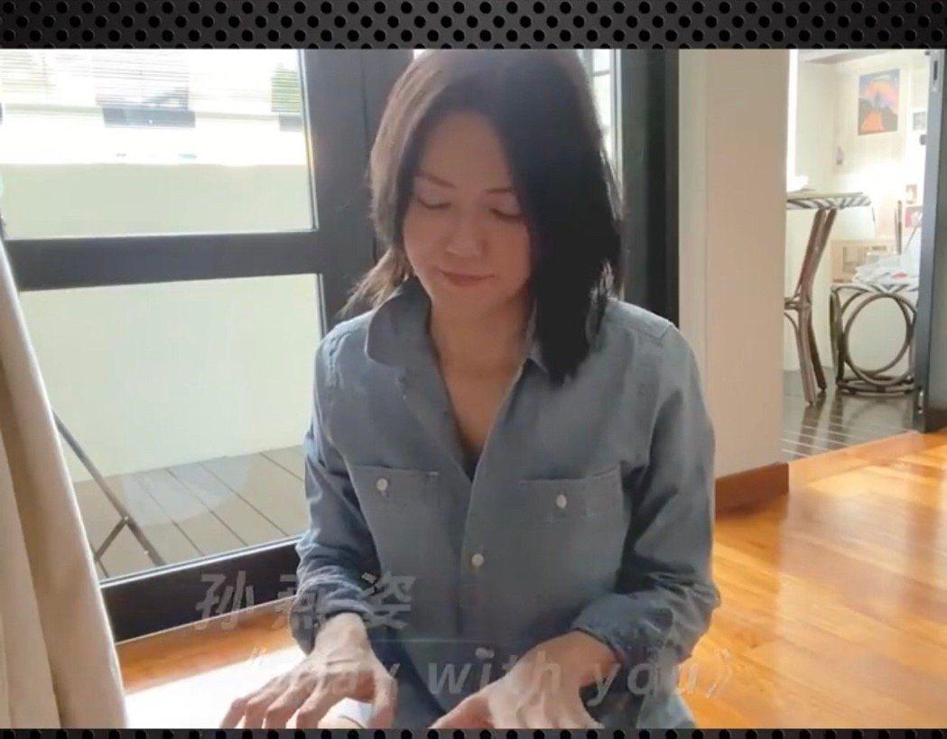 孫燕姿自彈自唱「Stay With You」。圖/摘自微博