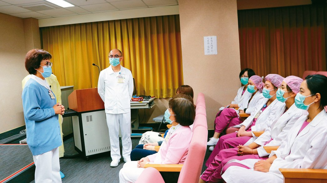 台北榮總舉辦防疫勤前教育課程,由護理部主任明金蓮(圖左)主持。 圖/台北榮總提供